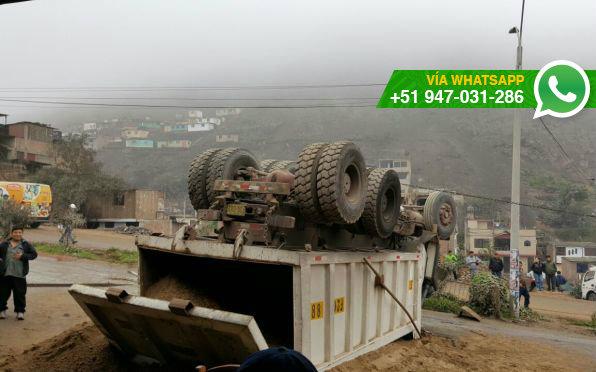 Un camión que trasladaba arena se volcó en la sexta zona de Collique, en Comas (Foto: WhatsApp El Comercio)