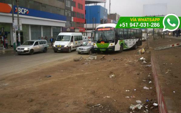 Peatones de la cuadra 7 de la Av. Alfredo Mendiola tienen problemas para cruzar  pista (Foto: WhatsApp El Comercio)
