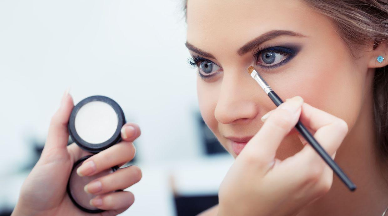 En las pestañas Kylie aplica dos colores distintos de mascara. (Foto: Shutterstock)
