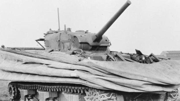 Un tanque Sherman DD con la lona colapsada.
