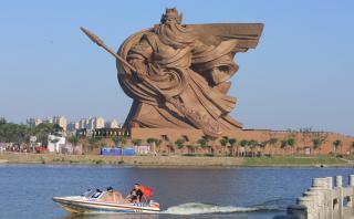 Esta enorme estatua de 1300 toneladas fue presentada en China