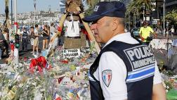 """Francia pide """"patriotas"""" en la Policía tras atentado en Niza"""