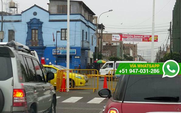 Pista fue rota para que se coloquen dos astas para banderas (Foto: WhatsApp El Comercio)