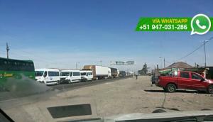 Conductores de minivan bloquean carretera hacia Arequipa