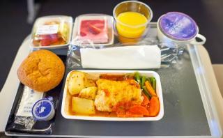 ¿Por qué la comida no sabe tan bien cuando estamos en un avión?