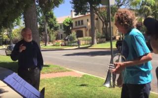 John Williams saluda a músicos que tocan Star Wars ante su casa