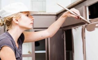 Pinta los gabinetes de tu cocina en 5 sencillos pasos