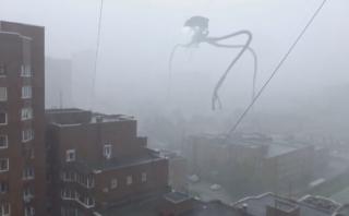 Crea increíble 'robot alienígena' que invadió su ciudad [VIDEO]
