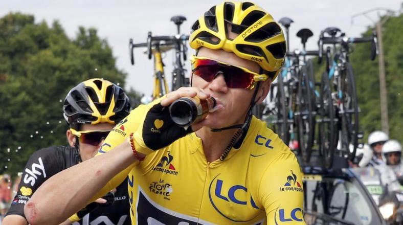 Froome celebró triunfo en Tour de Francia con cerveza y champán