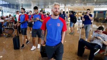 Barcelona viajó a Inglaterra con Lionel Messi y su nuevo look