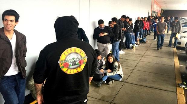 Colas en el inicio de venta de boletos para el concierto de los Guns N' Roses en Lima. (Foto: Difusión)