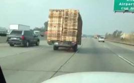 """Mira al remolque que es tirado por un camión """"fantasma"""" [VIDEO]"""