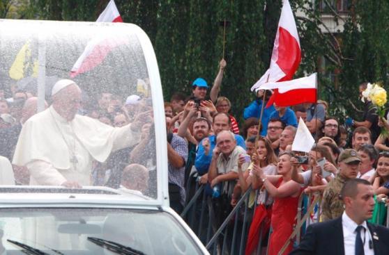 El alegre y colorido recibimiento que tuvo Francisco en Polonia