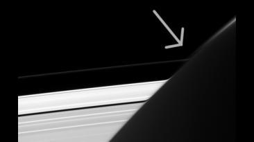 La extraña curva en anillos de Saturno que descubrió la NASA