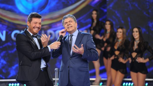 (FILES) This file hand out photo released by Ideas del Sur taken on June 02, 2016 shows TV host and producer Marcelo Tinelli (L) and impersonator Freddy Villareal as Argentine President Mauricio Macri performing during a TV show in Buenos Aires on June 2, 2016. Argentinian government on July 27, 2016 downplayed the controversy with Tinelli, a popular television host who shows in his TV program a parody of president Macri, and he quoted him to make it up. / AFP / Ideas del Sur / HO
