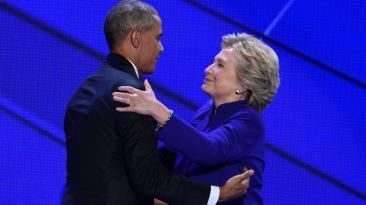 El sorpresivo abrazo entre Obama y Clinton en Filadelfia