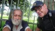 El policía que recoge a drogadictos y sin techo para ayudarlos