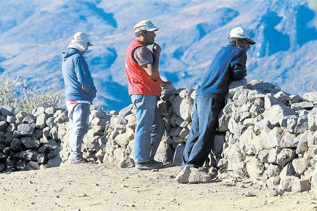 Comuneros con teléfonos móviles vigilan a los visitantes que llegan a Ocoyo. (Lino Chipana / El Comercio)