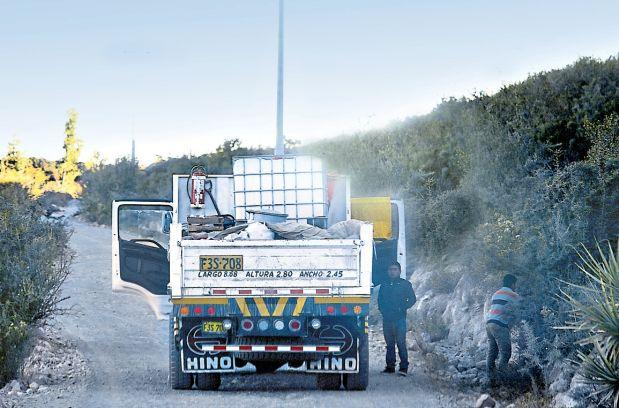 En la trocha de vuelta a Ica, un camión bloqueó el paso al equipo de El Comercio. (Lino Chipana / El Comercio)