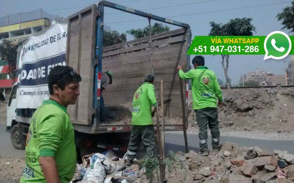 Desmonte es regado en cruce de avenidas de El Agustino (Foto: WhatsApp El Comercio)