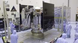 La sonda OSIRIS-REx en las instalaciones del Centro Espacial Kennedy de la NASA, en Cabo Cañaveral.
