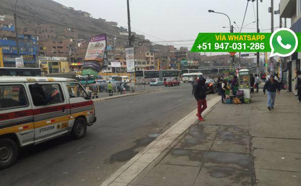 Personas deben esperar los buses en la pista (Foto: WhatsApp El Comercio)