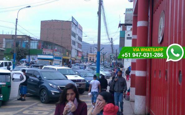 Pese a que es una zona rígida, conductores estacionan en puerta de salida de vehículos de bomberos (Foto: WhatsApp El Comercio)
