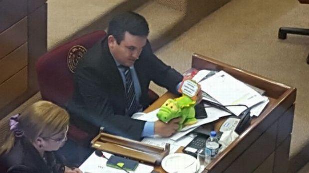 El senador Eduardo Petta preguntó al ministro interpelado por las cifras de ejemplares de yacarés muertos en Paraguay. (Foto: Twitter)