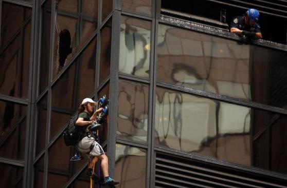 Así detuvieron al hombre que escaló la Torre Trump [FOTOS]