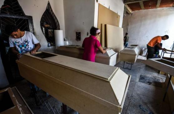 Ataúdes de cartón: La crisis alcanza a la muerte en Venezuela