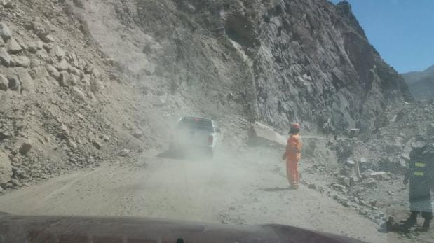 La vía hacia Chivay quedó bloqueada tras el sismo de la noche del domingo en Arequipa. (Carlos Zanabria / El Comercio)