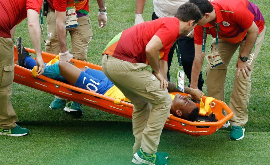 [Foto] Neymar asustó por fuerte golpe en el pecho tras anotar [VIDEO]