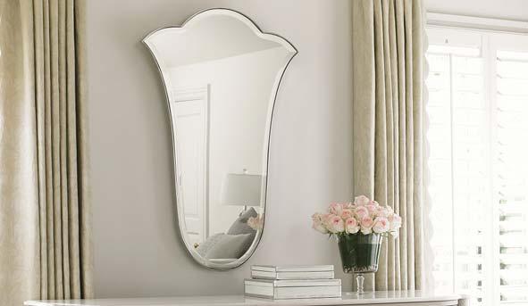 Modelo Miroir de Fleur, de la marca Caracole. Imita la silueta de un tulipán, tiene estructura de metal y espejo de cristal. Los espejos de este estilo son ideales para entornos clásicos y elegantes. S/2.676. En Casa Viva. Tienda: www.casaviva.com.pe
