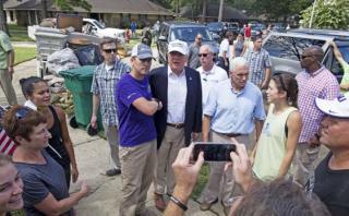 Trump visita Louisiana tras inundaciones y critica a Obama