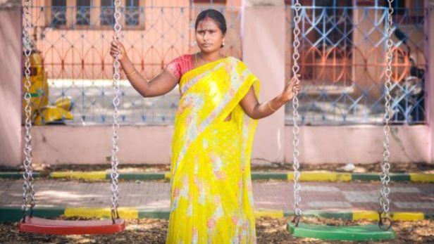 Anandi Chelappan alquiló su vientre para pagar la renta y tener una casa para su familia que atravesaba una crisis económica. Aunque lloró mucho tras separarse de su hijo, piensa en hacerlo de nuevo para volver a pagar la renta. (BBC)