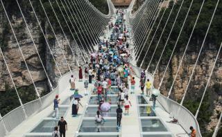 China: Recorre el mayor puente de vidrio del mundo