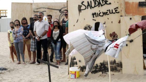 Hubo varias protestas, como esta en la playa de Copacabana, contra el gasto de las Olimpiadas en Río a pesar de la pobreza existente y la destrucción de favelas para