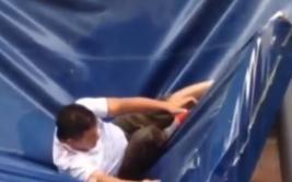 Cayó del piso 11 y afortunadamente un toldo lo salvó [VIDEO]