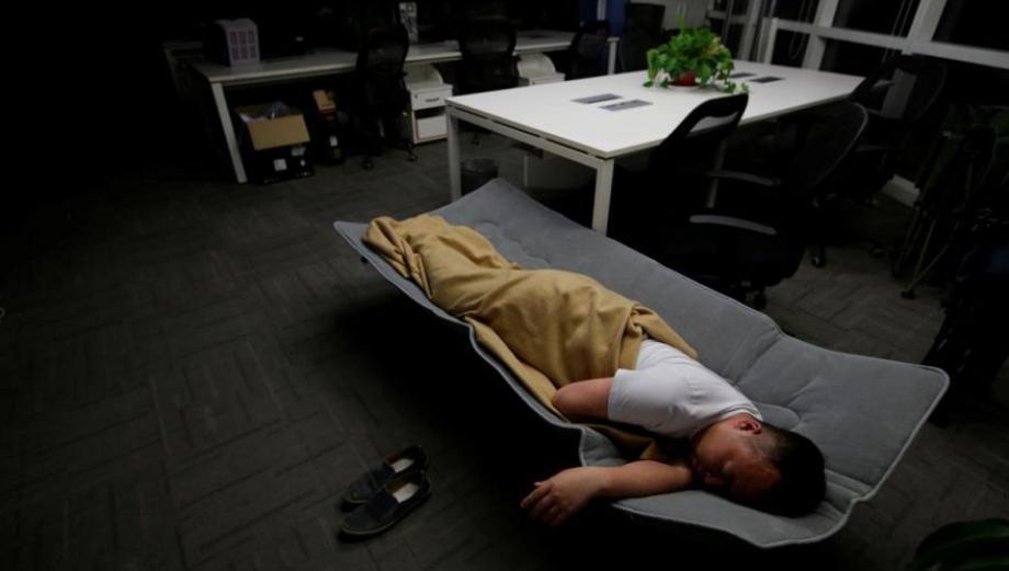¿Por qué los chinos han comenzado a dormir en sus oficinas?