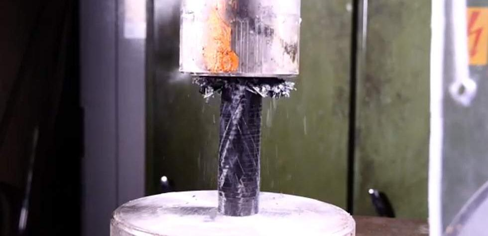 ¿Cuánto resiste la fibra de carbono contra una prensa? [VIDEO]