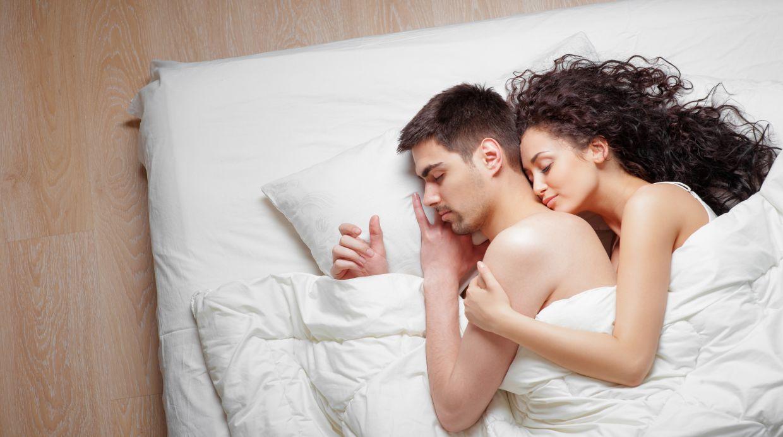 Los 6 beneficios de dormir en pareja