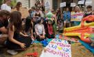 Convirtieron embajada en una playa para protestar por burkini