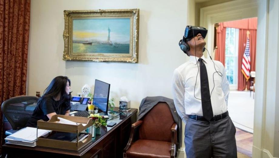 Foto de Obama con casco de VR generó burlas en Facebook
