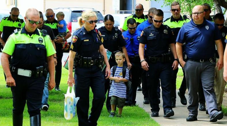 Acompañan en su primer día de clases a hijo de policía muerto