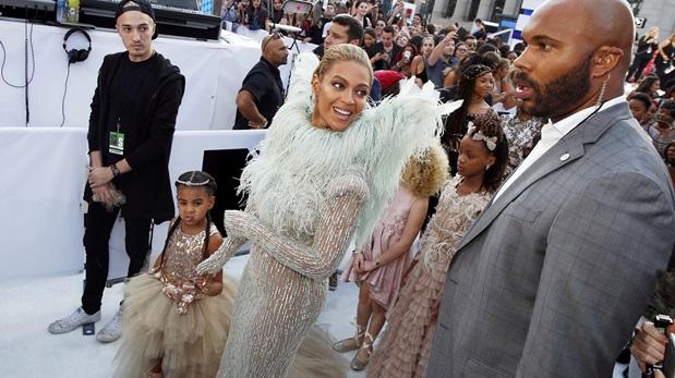 Beyoncé llegando a los MTV VMA's junto a su hija Blue Ivy. (Foto: Reuters)