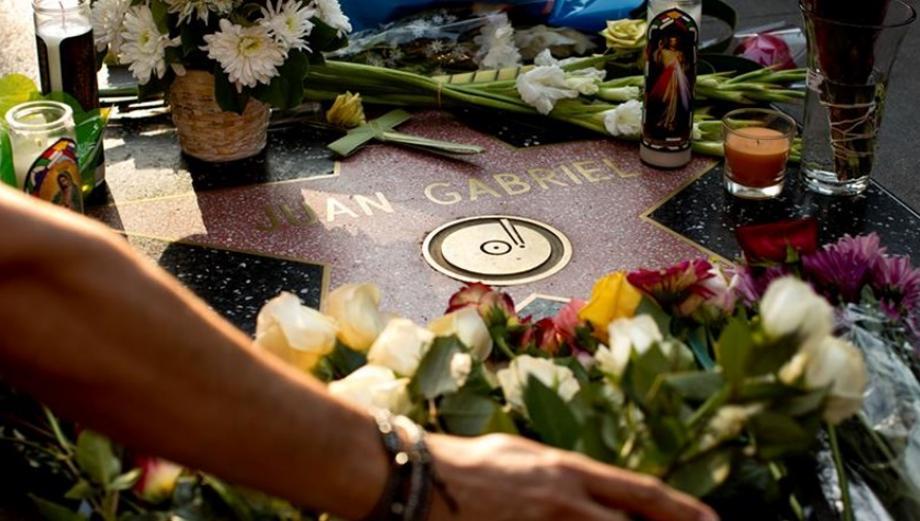 Juan Gabriel: fans se reunieron en su estrella en Hollywood