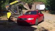 Destroza el Audi A4 de su hijo con un bulldozer [VIDEO]
