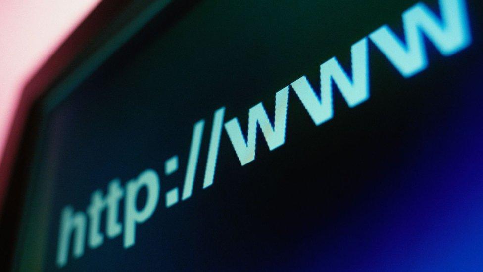 Con el DNS, los usuarios de internet pueden usar direcciones web fáciles de recordar.