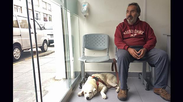 Jorge Velarde espera mientras su perro Pepito Machaguay es hidratado.