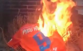 Alcácer: hinchas de Valencia quemaron su camiseta en la hoguera